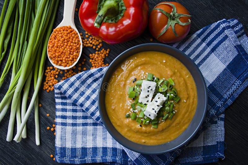 红色小扁豆奶油汤用新鲜蔬菜和绿色装饰了 素食者概念 r o 免版税库存图片