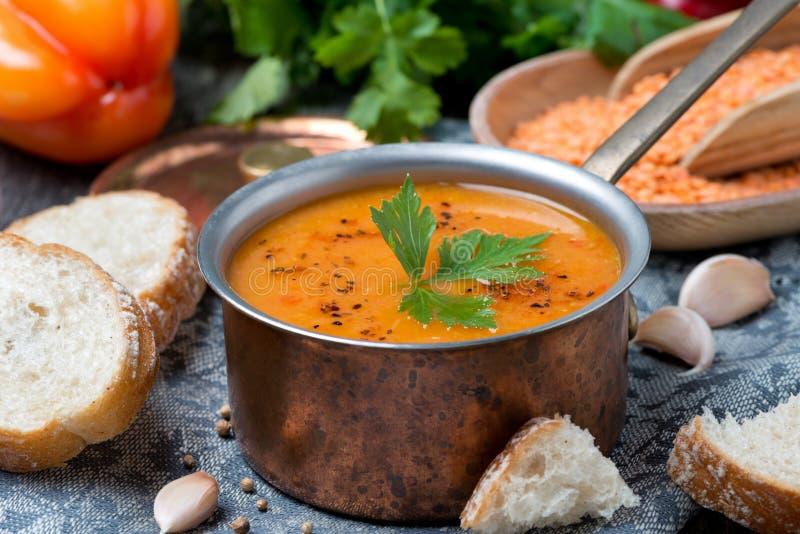 红色小扁豆汤用胡椒和香料在铜平底深锅 免版税图库摄影