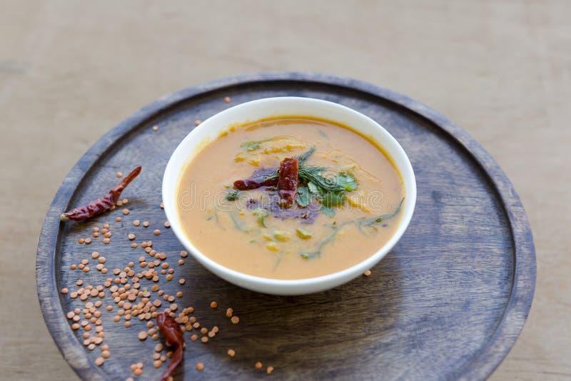 红色小扁豆汤用香料和草本 库存照片