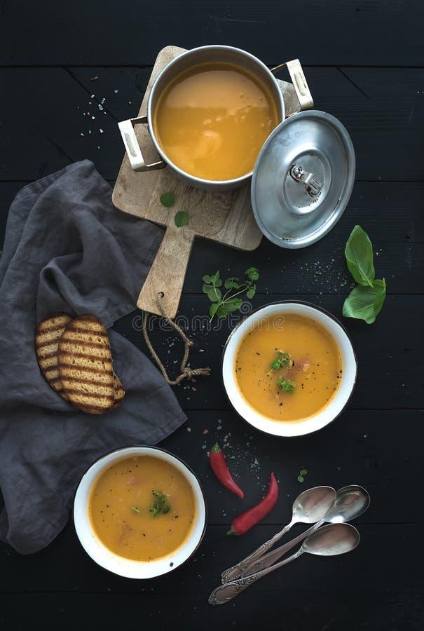 红色小扁豆汤用香料,草本,在a的面包 免版税库存图片