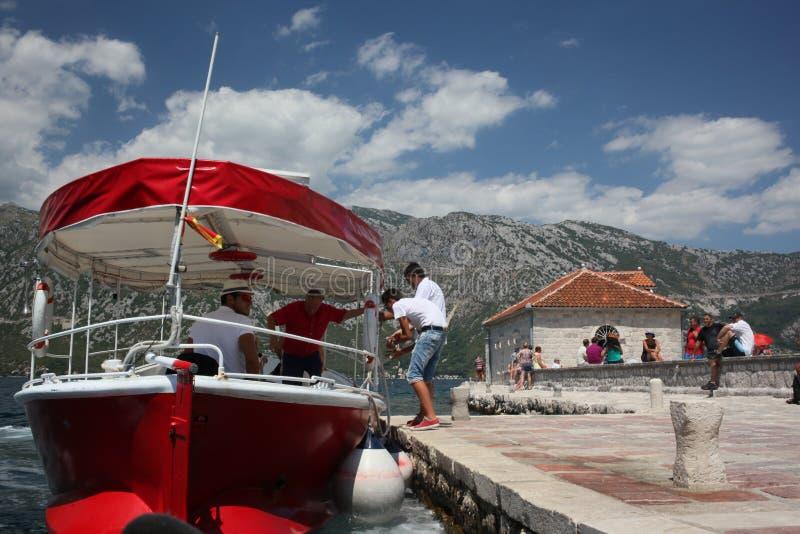 红色小船出租汽车在黑山 免版税库存照片