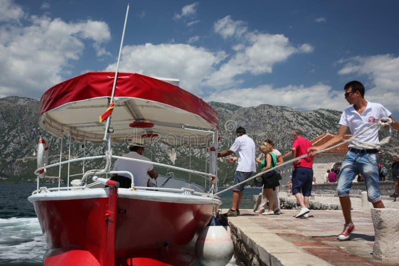 红色小船出租汽车在黑山 免版税库存图片