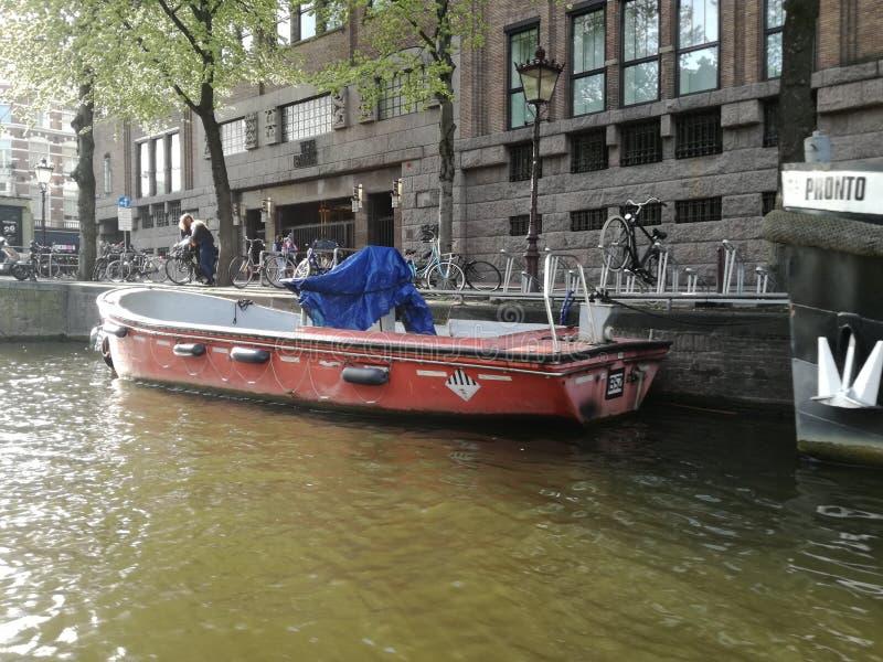 红色小船在阿姆斯特丹 免版税库存图片