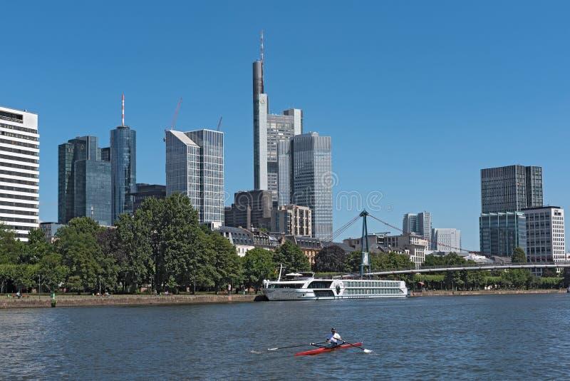 红色小船的划船者在地平线前面的主要河,法兰克福,德国 库存图片