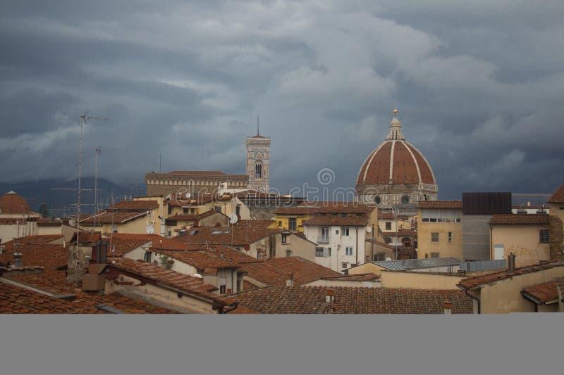 红色屋顶和佛罗伦萨大教堂背景的 托斯卡纳 意大利 库存照片