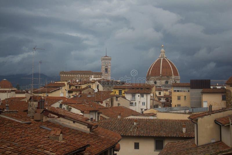 红色屋顶和佛罗伦萨大教堂背景的 托斯卡纳 意大利 免版税图库摄影