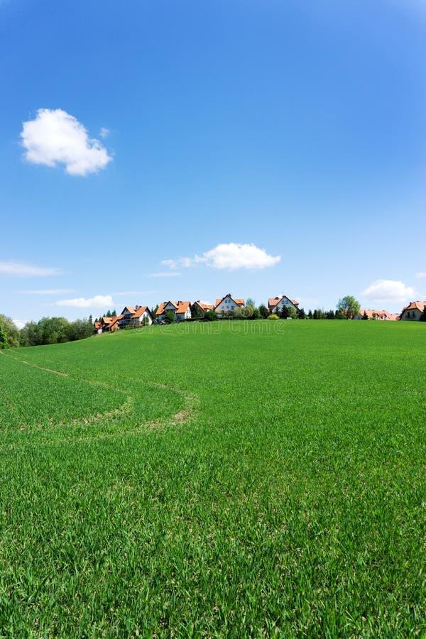 红色屋顶房子垂直的射击青山的 免版税库存照片