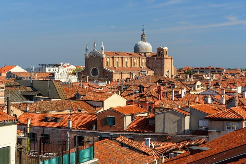 红色屋顶顶视图从Fondaco dei泰代斯基大阳台的  r E 免版税库存图片