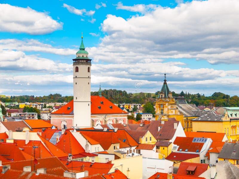 红色屋顶鸟瞰图与Domazlice在晴天,捷克白色塔的  库存照片