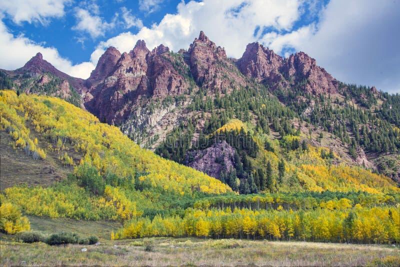 红色山峰和秋天颜色在褐红的响铃谷与秋天颜色在亚斯本科罗拉多美国 免版税库存图片