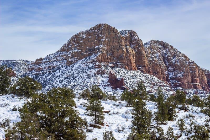 红色岩石在雪风暴以后盖了在塞多纳AZ 库存照片