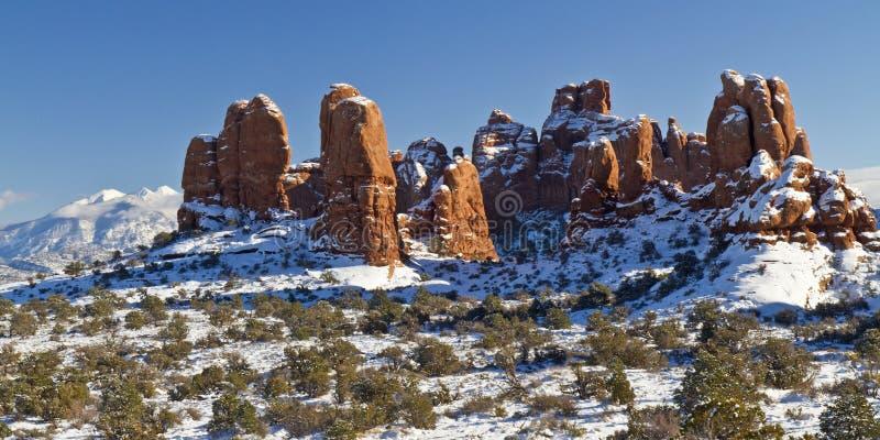 积雪的红色岩石土墩 图库摄影