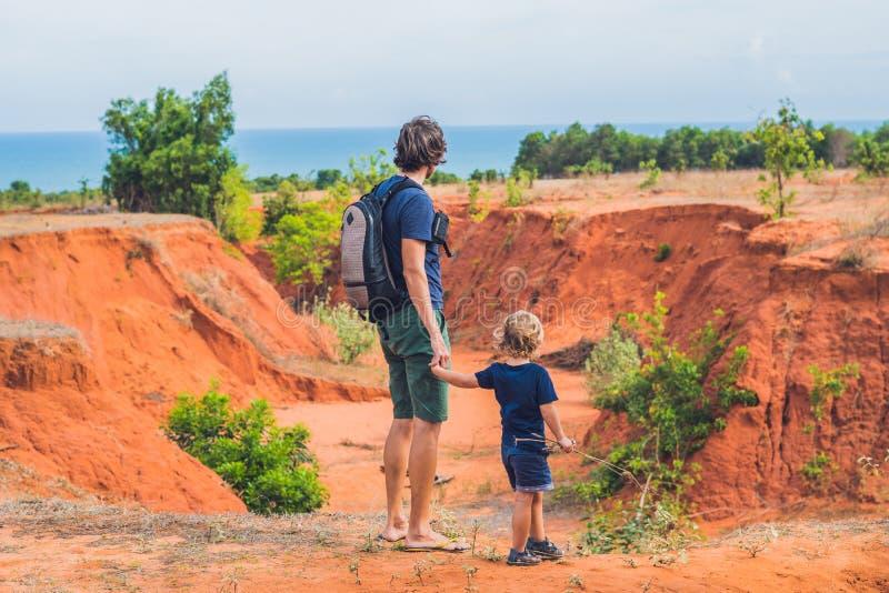 红色峡谷的父亲和儿子旅客在美奈附近,南部竞争 图库摄影