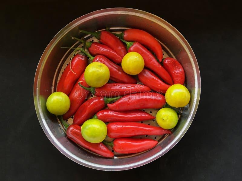 红色巴斯哥胡椒粉和黄色石灰腌汁kalyan马哈拉施特拉的印度 免版税库存照片