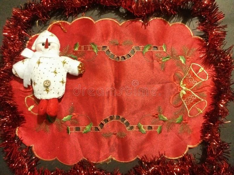 红色布料和雪人 免版税图库摄影