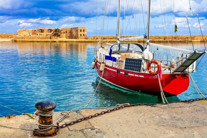 红色帆船在干尼亚州,克利特海岛,希腊老镇  库存照片