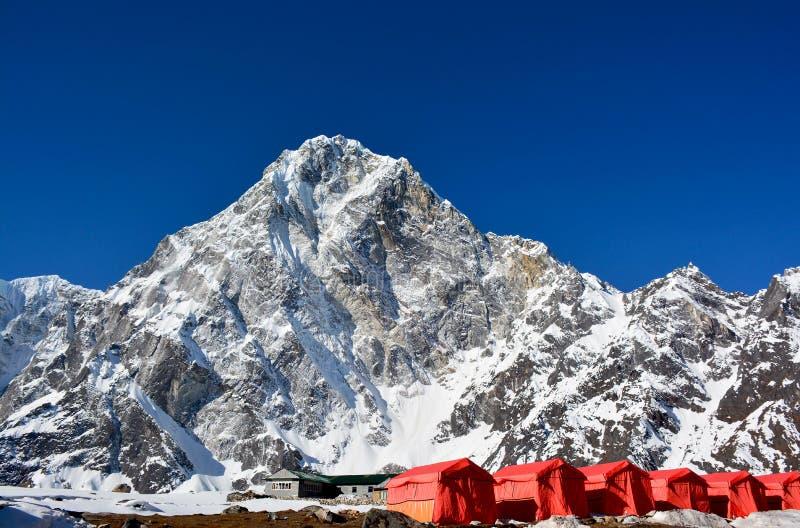 红色帐篷的行,从Cho La通行证的方式到珠穆琅玛基地c 库存照片
