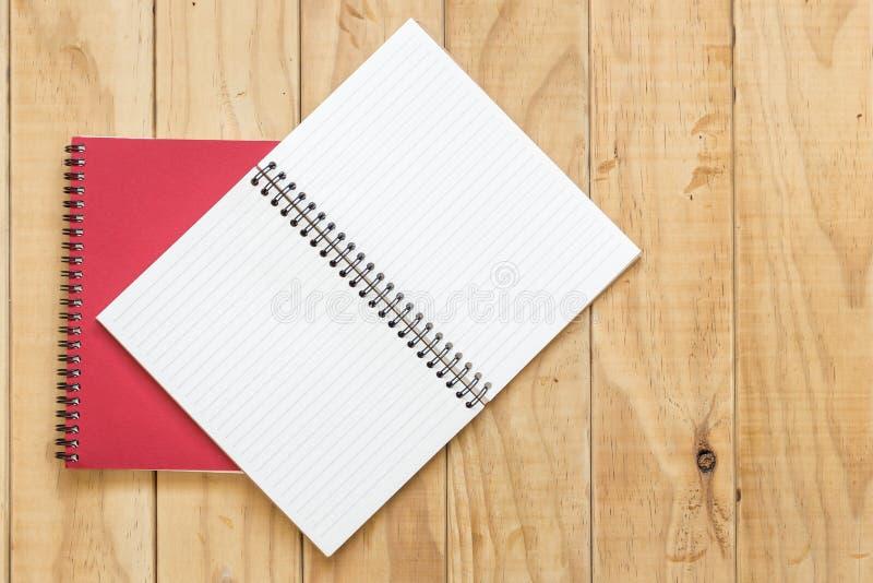 红色开放书顶视图在木桌上的 免版税库存图片