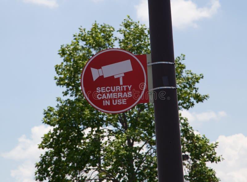 红色录影安全监视器在使用中的标志 免版税库存照片