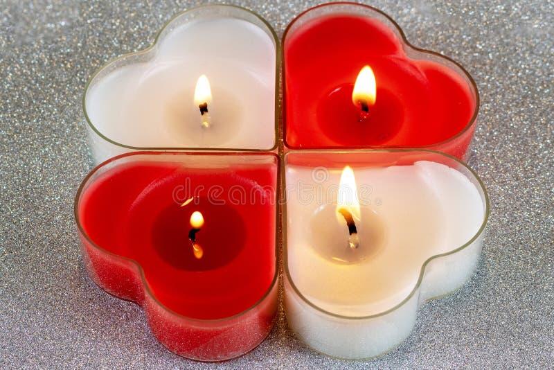 红色心形的蜡烛烧和白色 库存图片