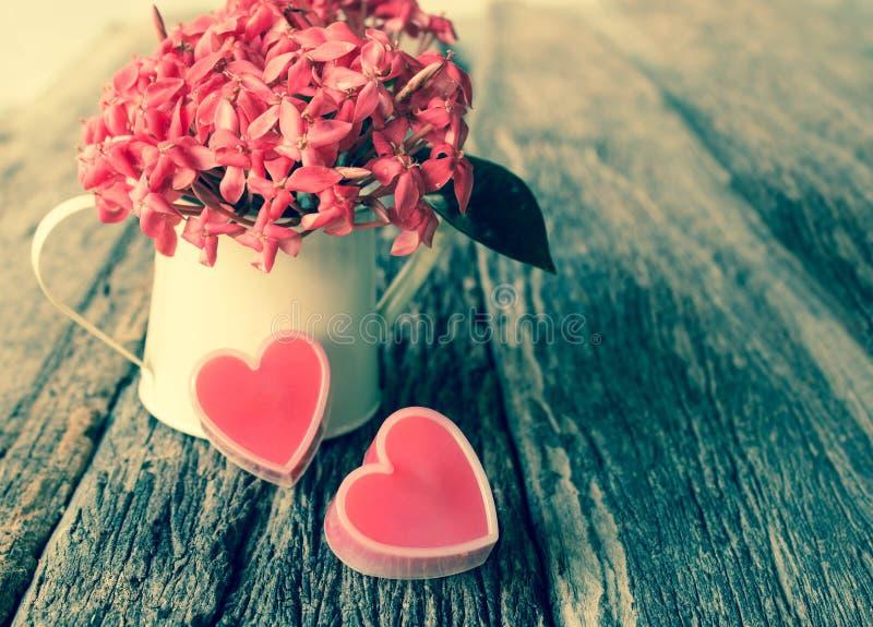 红色心脏和花。 库存照片