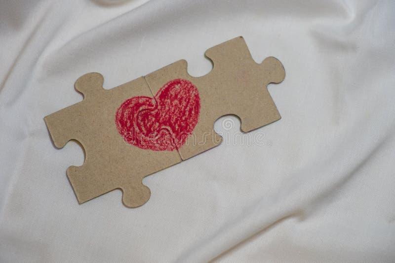 红色心脏在紧挨着说谎难题被画的 库存照片