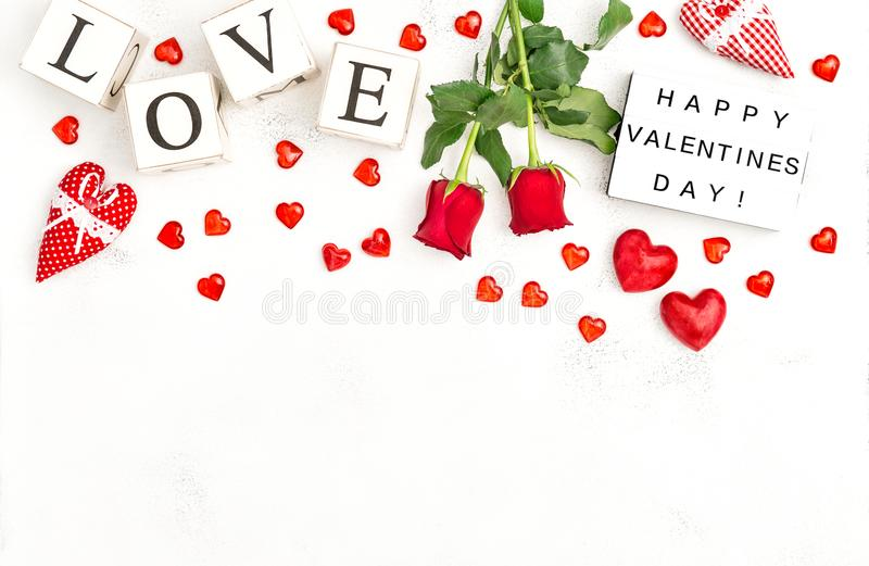 红色心脏玫瑰色花装饰爱情人节灯箱 库存图片