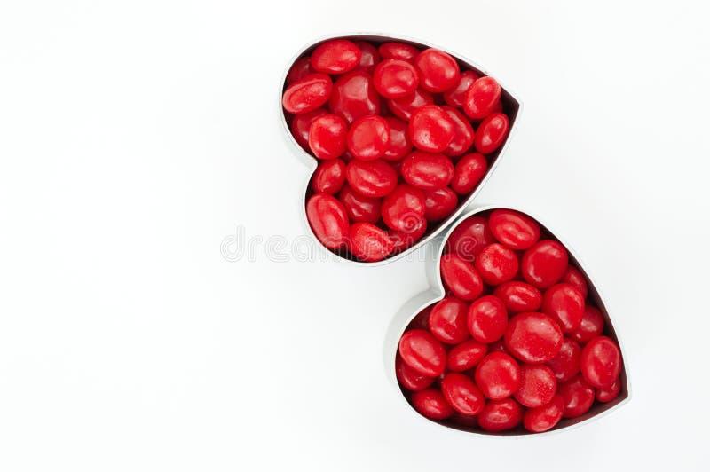 红色心脏用在白色的糖果 库存图片