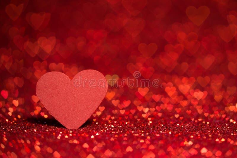 红色心脏bokeh背景-情人节纹理 免版税库存照片