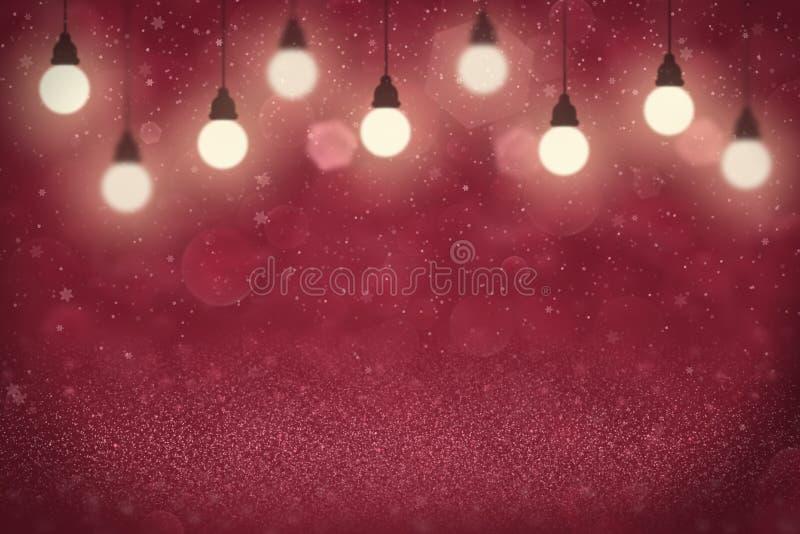 红色意想不到的明亮的闪烁点燃与电灯泡的defocused bokeh摘要背景,并且落的雪剥落飞行,庆祝 免版税库存照片