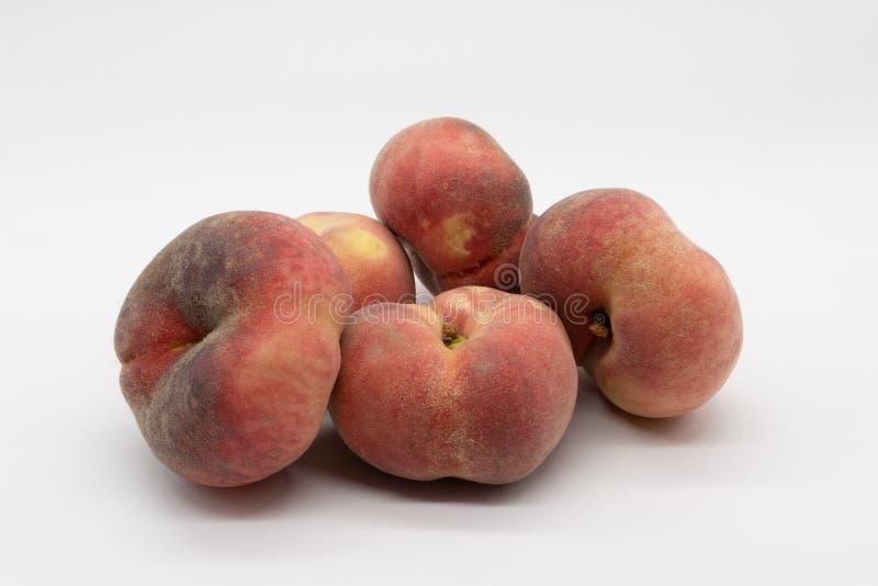 红色成熟可口和水多的葡萄园桃子 库存图片