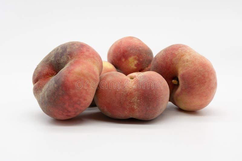 红色成熟可口和水多的葡萄园桃子 库存照片