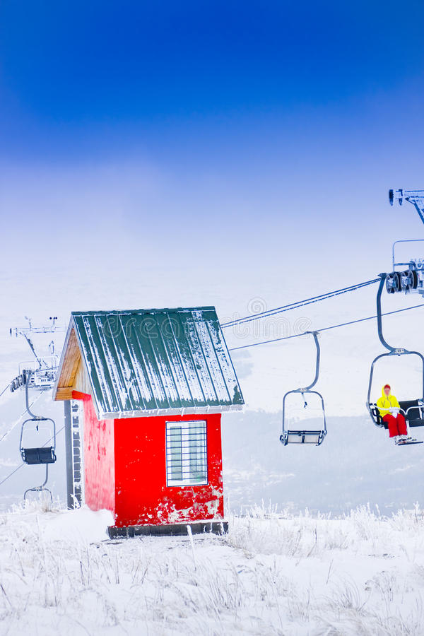 红色房子和缆绳路,滑雪胜地Tzahkadzor,亚美尼亚 库存照片