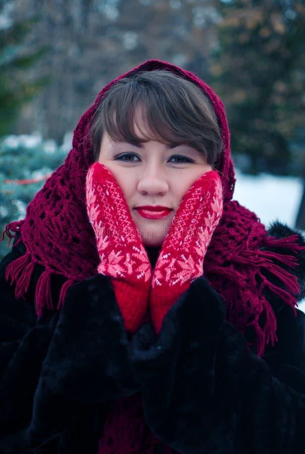 红色手套的妇女 免版税库存照片