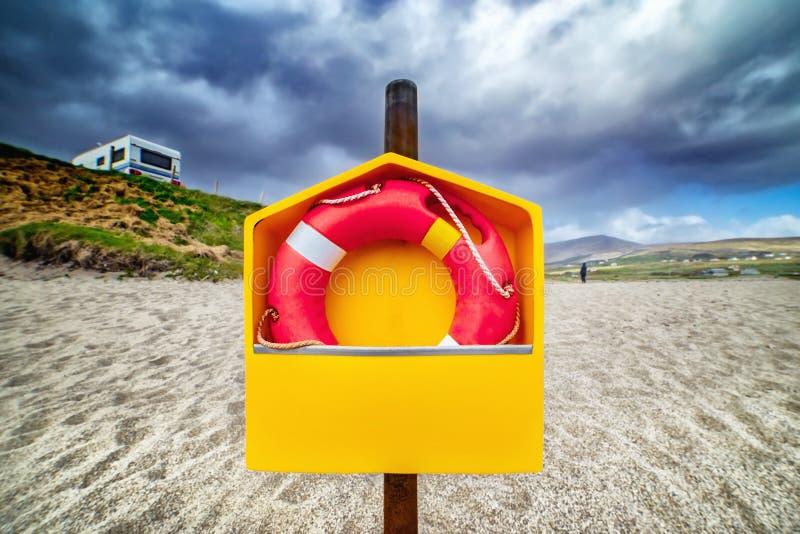 红色抢救把一个黄色持有人引入 库存图片
