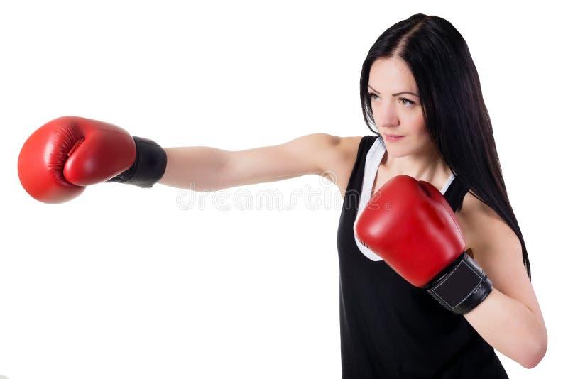 红色拳击手套的年轻美丽的女孩训练反撞力 库存照片