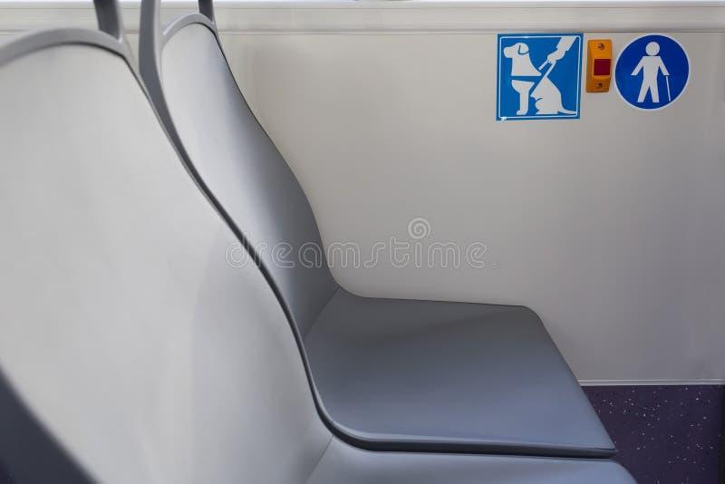红色按钮中止年长老人签署在公共汽车的领路狗标志 库存照片