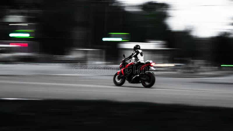 红色摩托车 在行动 与最小的接线的照片 库存照片