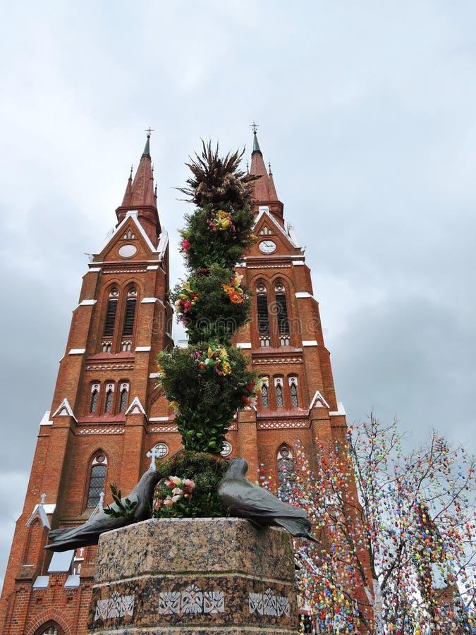 红色教会和复活节彩蛋树,立陶宛 免版税库存照片