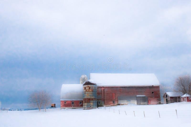 红色新英格兰谷仓在与雪的冬天 免版税库存图片
