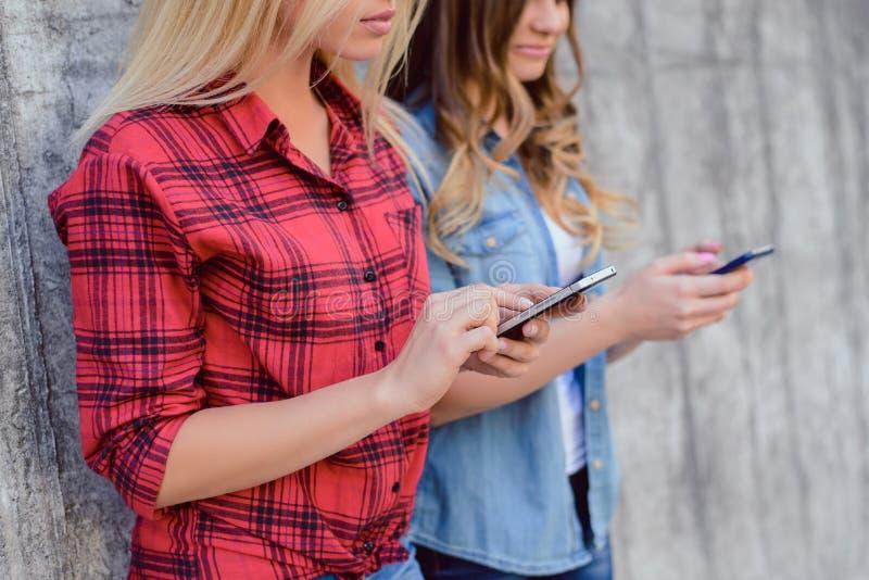 红色方格的衬衣瘾生活方式休闲休息放松社会媒介人民占据心思的小组户外青少年的年龄秀丽概念 分类 免版税库存图片