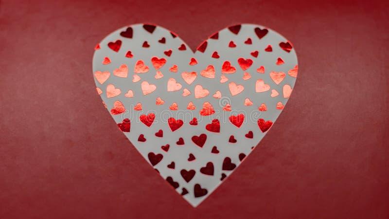 红色方格花布和红色爱心脏华伦泰背景 免版税库存照片