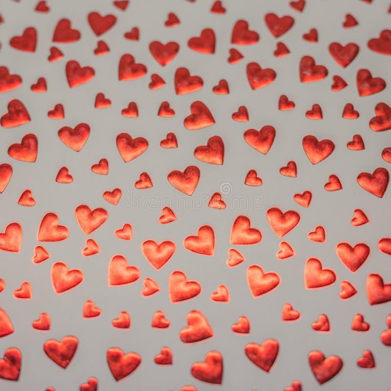 红色方格花布和红色爱心脏华伦泰背景 免版税库存图片
