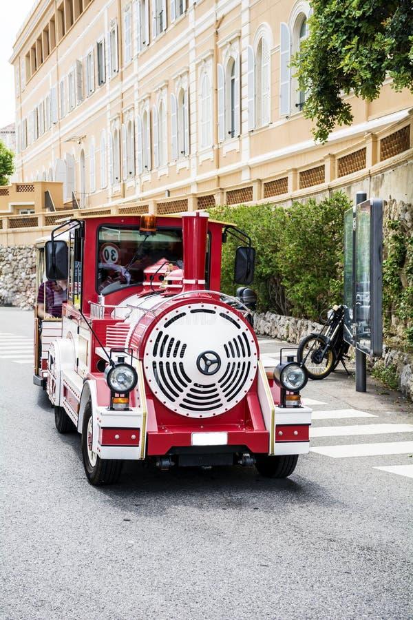 红色无轨道的火车在摩纳哥 免版税库存照片