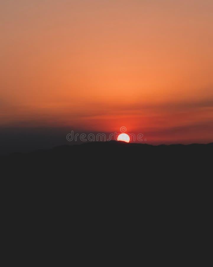 红色日落在夏天 免版税库存照片