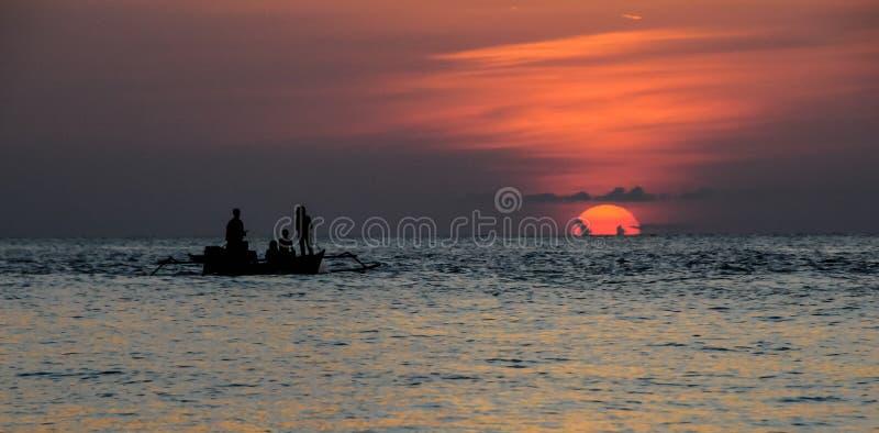 红色日落在Togean海岛在苏拉威西岛,印度尼西亚 库存图片