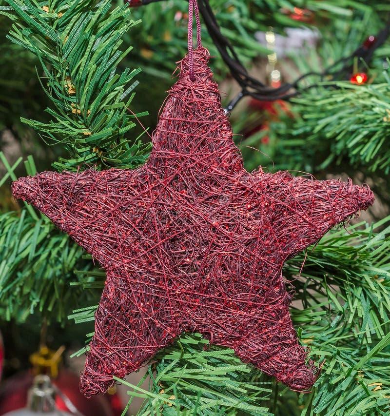 红色星圣诞节装饰品树,细节,关闭 免版税库存图片