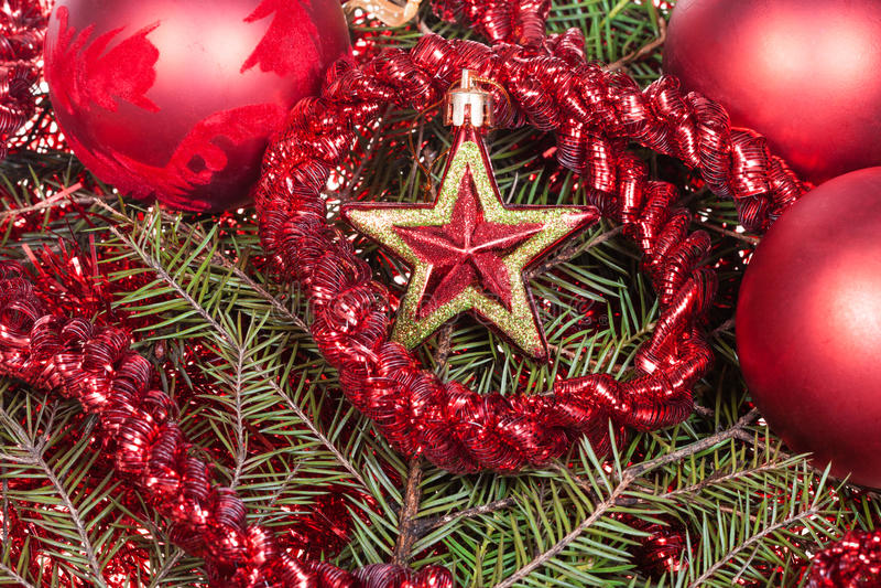 红色星,在圣诞树背景的装饰 库存图片