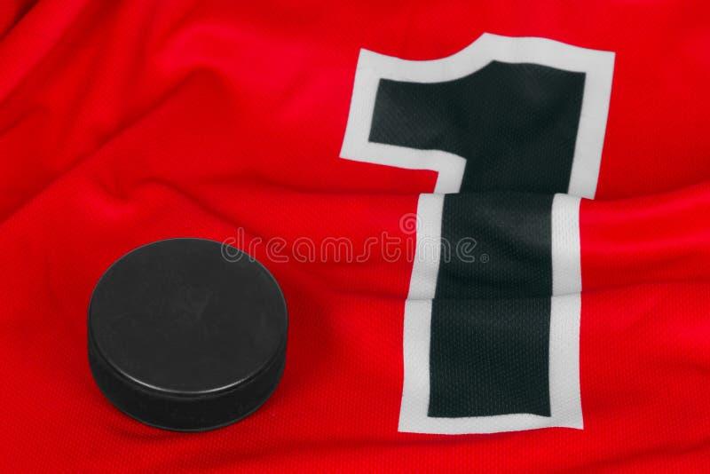 红色曲棍球毛线衣和洗衣机 免版税库存图片