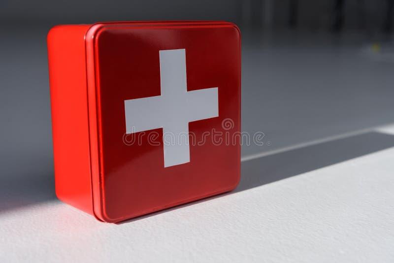 红色有十字架的急救工具箱子, 库存例证